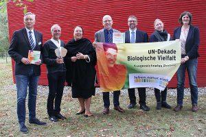 Thomas Muchow (3. v.r.) überreichte die Auszeichnung im Beisein von NRW-Umweltministerin Ursula Heinen-Esser (3. v.l.) und Kammer-Präsident Karl Werring (4. v.l.), © Maria Decker