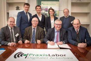 Unterzeichnung der Absichtserklärung für die schnelle Einrichtung eines Praxis-Labors Digitaler Ackerbau, © LWK NDS, Wolfgang Ehrecke