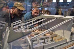 Könnte so ein Stall der Zukunft aussehen? Neugierig begutachteten die Besucher des Fachforums das Modell am Stand der Landwirtschaftskammer, © Jantje Ziegeler