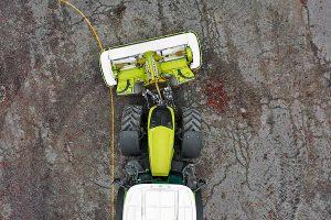 Die hydraulisch schwenkbaren Unterlenker ermöglichen ein seitliches Versetzen des Frontmähwerks um 30 cm nach links wie nach rechts, © Claas