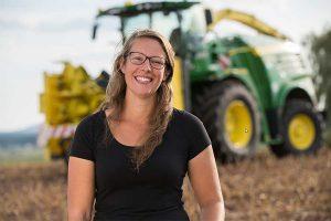 """Die junge Lohnunternehmerin Anna Metschl, geborene Baur, aus Kümmersbruck, Bayern, ist die Hauptdarstellerin des dritten Videoclips der Verkehrssicherheitskampagne #agrarFAIRkehr """"Miteinander reden – sicher ankommen!"""" und ist jetzt auch wieder mit ihrem Feldhäcksler unterwegs in der Maisernte, © BLU"""