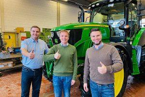 Für die drei Geschäftsführer Bernd Ruttmann, Rolf Zürn und Harald Barth (von links nach rechts) ist die Zusammenarbeit eine echte Win-Win-Situation, © John Deere